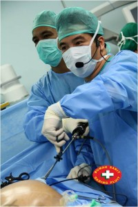Dr Tran performing the first single incision laparoscopic ventral hernia repair in Indonesia